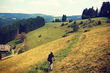 Mit dem Mountainbike auf schmalen Pfaden
