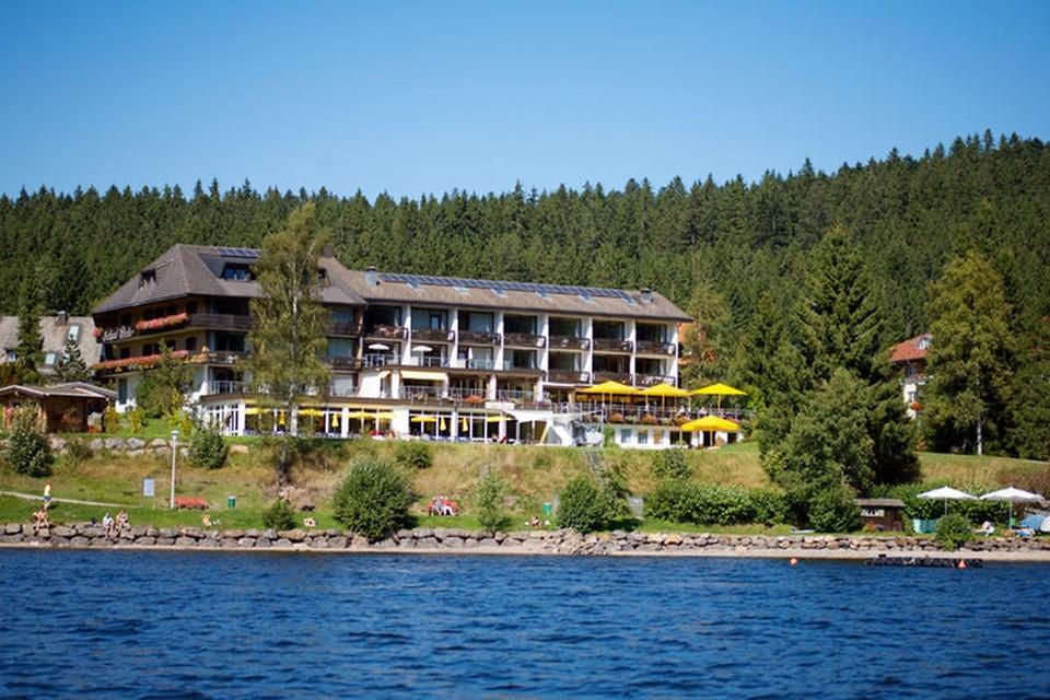 Eben angekommen und schon plumpst die Betriebsamkeit des Alltags wie ein Stein in die Tiefen des Sees. Das ist der traumhaften Lage des Seehotel Wiesler, direkt am Ufer des Titisees, zu verdanken.