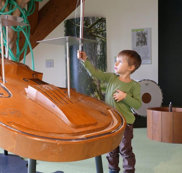 Auf der großen Gitarre lernen Kinder spielerisch Neues.