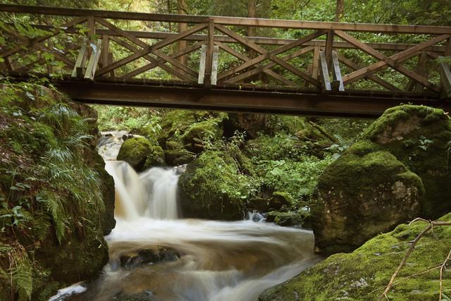 Der wilde Bach Ravenna bahnt sich seinen Weg über viele Kaskaden und Wasserfälle.