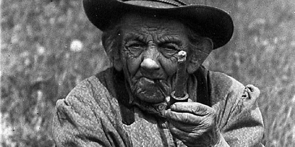 """Das """"Plattewiibli"""" trug drei Röcke übereinander, auf dem Kopf saß ein ausgebeulter Männerhut, sie fing Frösche und schnorrte Zigarrenstumpen, die sie genüsslich in ihrer Pfeife rauchte."""
