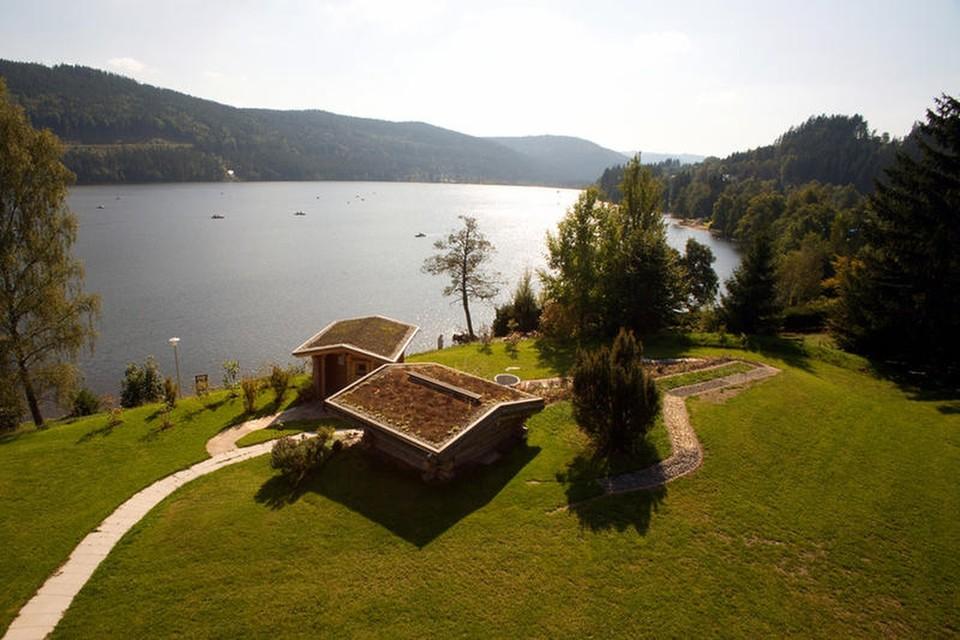 Der Natur Spa des Hotels mit seinen großen Fenstern verwöhnt mit einem traumhaften Blick auf den See.