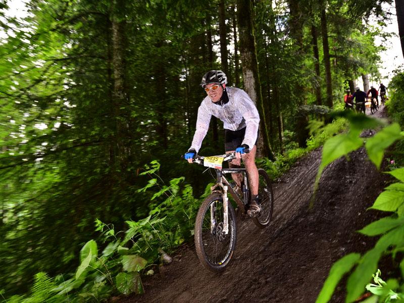 Stefan ist im Bergdorf Waldau in der Nähe vom Thurner aufgewachsen. Nach seiner Ausbildung und einigen Jahren in der Buchhaltung eines Tourneetheaterbetriebes wechselte er im Frühjahr 2014 zur HTG. Mit seinem Mountainbike jagt er mehrmals in der Woche nach neuen Rekorden auf den unzähligen Strecken im Hochschwarzwald.