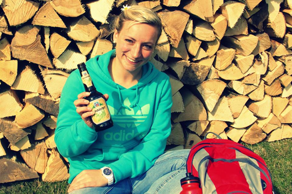 Sarah ist unsere kleine Schwarzwaldmarie aus dem Haslachstädchen Lenzkirch. Sie liebt den Hochschwarzwald in den verschiedensten Facetten – Abends nach dem Arbeiten geht sie gerne noch eine Runde aufs Mountainbike oder springt im Sommer gerne in die Seen. Auch zu Fuß ist sie gerne auf schmalen Pfaden durch die Wälder des Hochschwarzwaldes unterwegs. Im Winter packt Sie Ski, Snowboard oder Langlaufski aus und macht die Pisten unsicher. Sarah ist eine unserer DHBW-Studenten im Studiengang BWL- Tourismus-Kurort und Destinationsmanagement.
