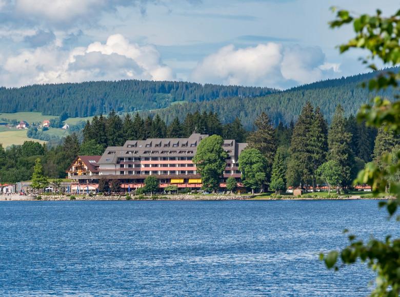 Blick über den blauen Titisee zum Hotel Maritim