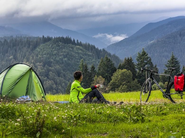 Die Waldwiese mit Blick übers verwunschene Hexenloch, wo wir für die Nacht unser Zelt aufstellen dürfen.