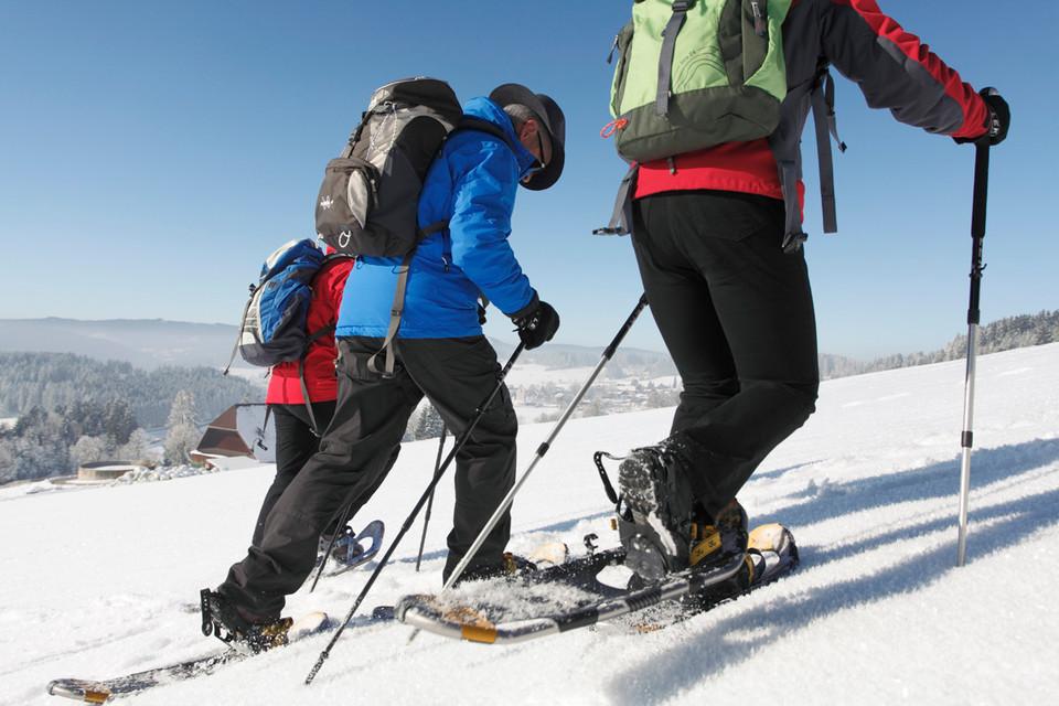 """Winterbekleidung im """"Zwiebelprinzip"""" ist bei einer Schneeschuhwanderung empfehlenswert."""