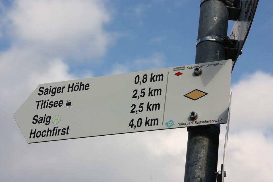 Der Wegweiser – einer von 15.000 im Schwarzwald – ist geprüft und für gut befunden.
