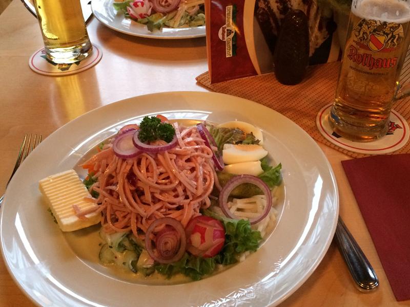 Im Brauerreigasthaus ließen wir uns unser Eiszäpfle und einen großen Teller mit Wurstsalat schmecken – Lecker!