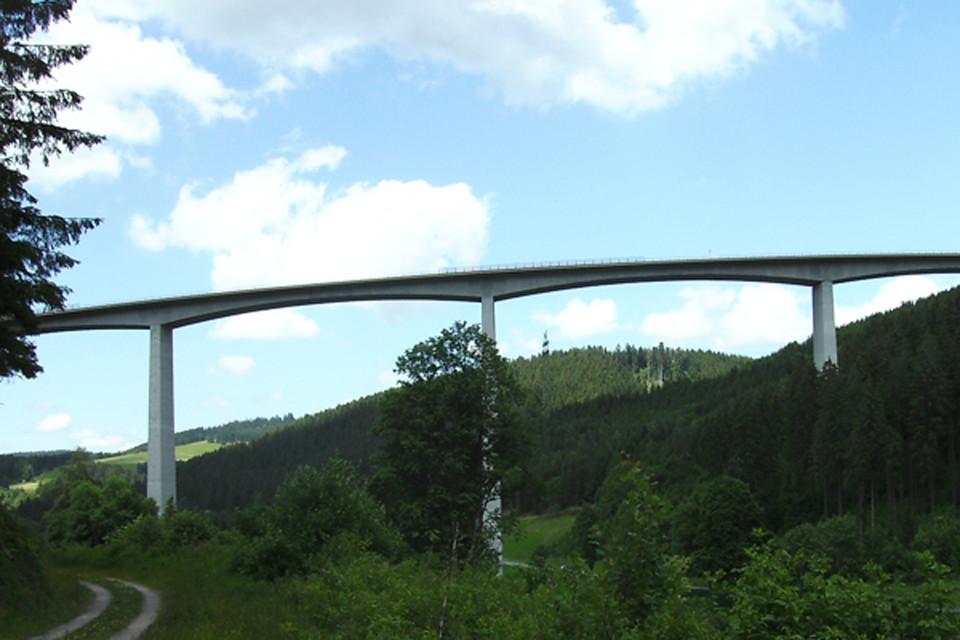 Von unten sieht die Brücke mehr als beeindruckend aus.