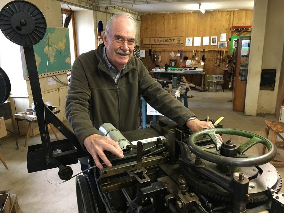 In der stillgelegten Bürstenfabrik Wissler in Todtnau wird Vergangenheit lebendig. Rainer Zahoransky, Enkel des Bürstenmaschinen-Herstellers Anton Zahoransky, demonstriert, wie die Menschen früher Bürsten fertigten
