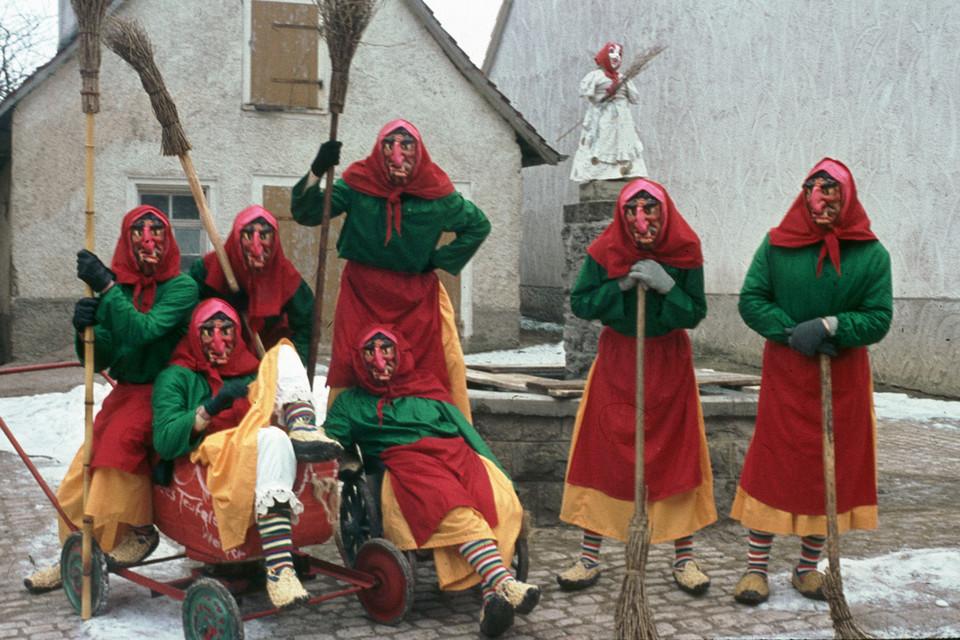 Närrische Gründerzeit: Die Masken der Urhexen bestanden am Anfang aus Plastik