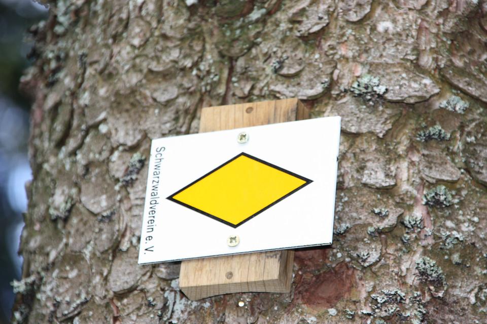 Die gelbe Raute ist eine Beruhigungsmarkierung sie signalisiert dem Wanderer: Du bist auf dem richtigen Weg.