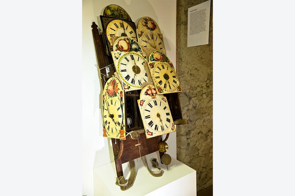 Ein Rückengestell mit typischen Schwarzwälder Lackschild-Uhren