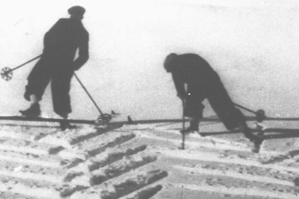 In den Jahren zwischen den Weltkriegen gibt es keine Skilifte am Feldberg. Mit der Grätenschritt Technik steigen die Skiläufer mühsam den Berg hinauf.