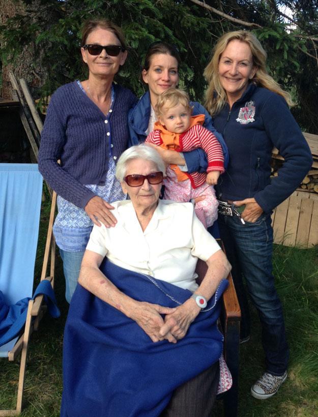 Heidi Hauptmann mit Töchtern, Enkelin und Urenkelin.