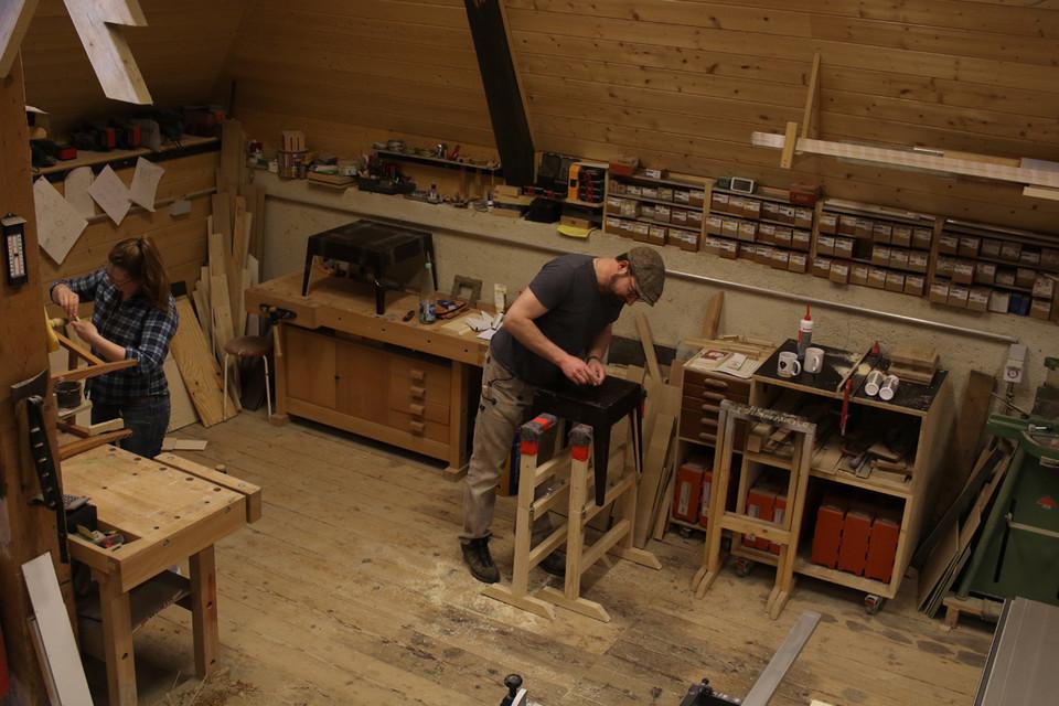 In liebevoller Handarbeit entstehen in Josches Atelier Möbelstücke und Unikate.