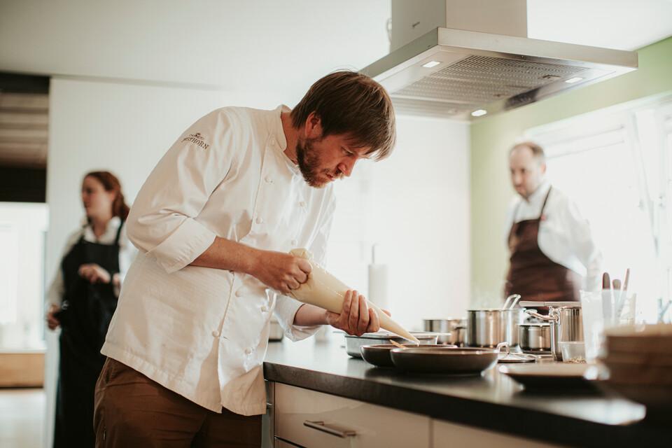 Koch beim Anrichten