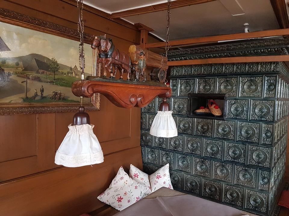 Mehr als 150 Jahre alt ist der urige Kachelofen im Hotel Ochsen.