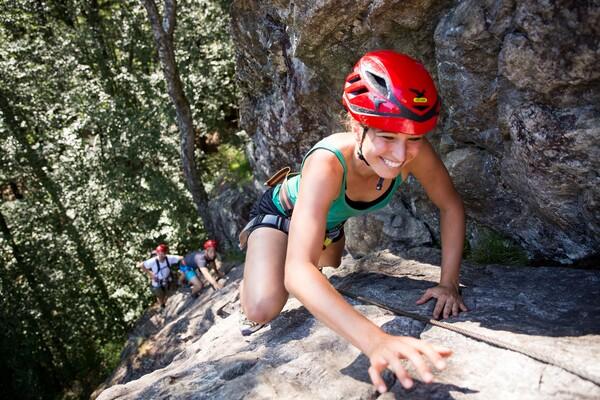 Frau beim Klettern am Klettersteig in Todtnau