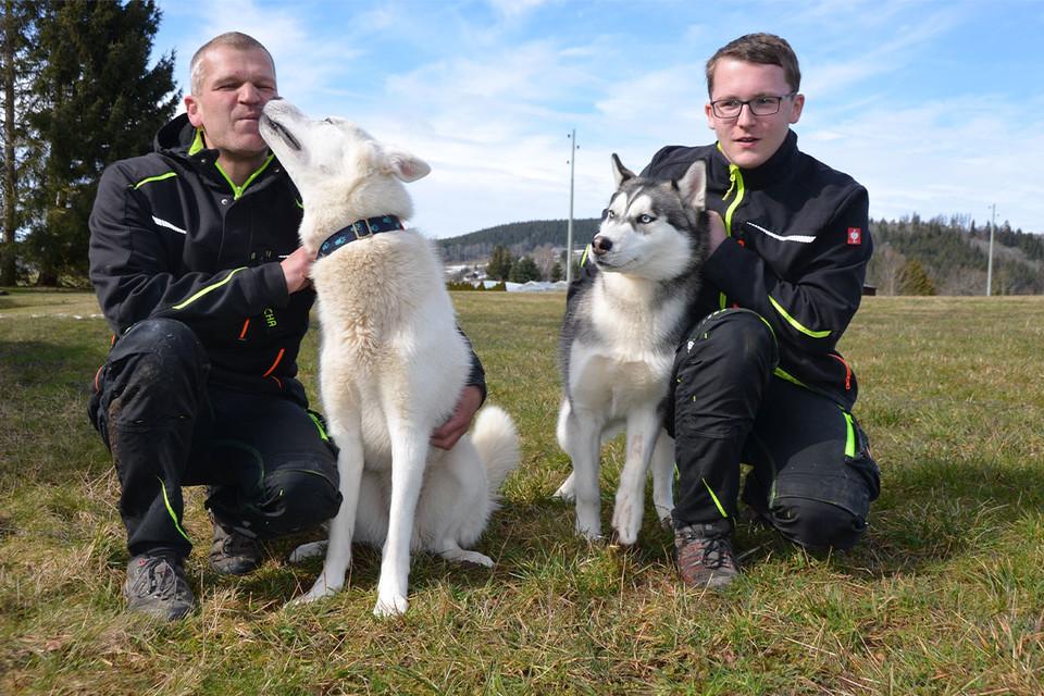 Für Sascha Bähr (l.) und Sohn Kevin gehören die Huskys mit zur Familie. Auch Besucher werden von den Vierbeinern herzlich begrüßt - eine Extra-Schmuseeinheit geht schließlich immer.