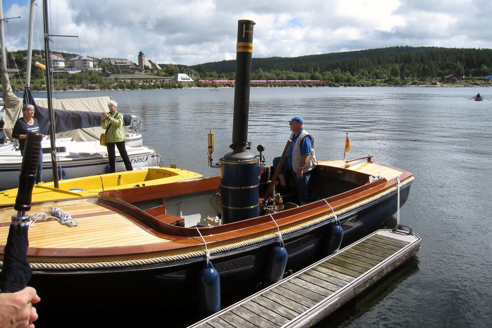 Kamil Matyscak mit seinem Dampfboot auf dem Schluchsee.