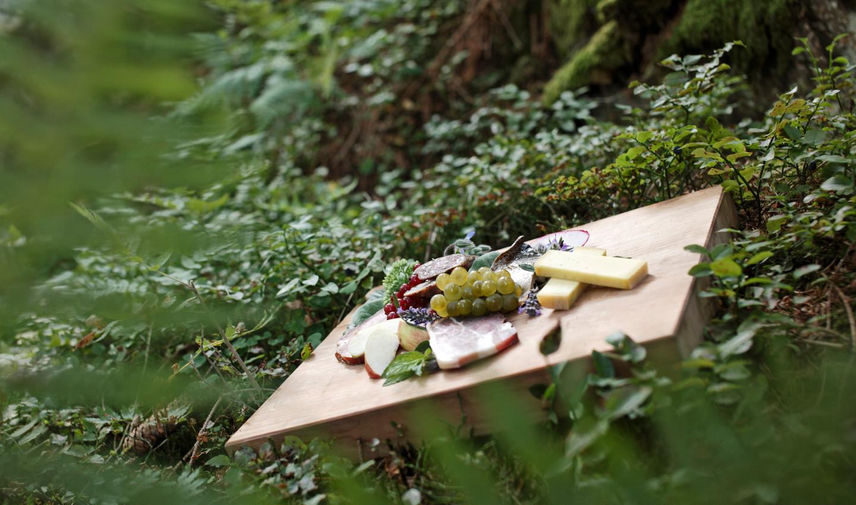 Spezialitäten aus dem Hochschwarzwald auf einem Holzbrett serviert