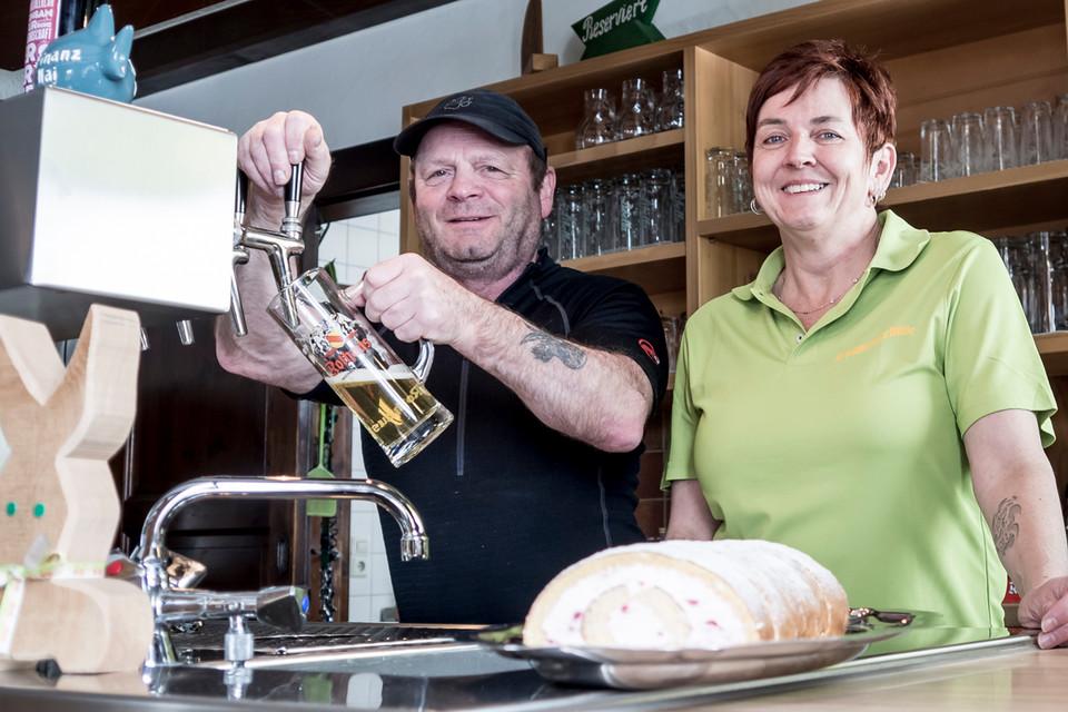 Die Hüttenwirte Ute und Walter Vollmer sorgen für das leibliche Wohl ihrer Gäste.