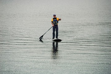 Stand Up Paddling unter Tannen