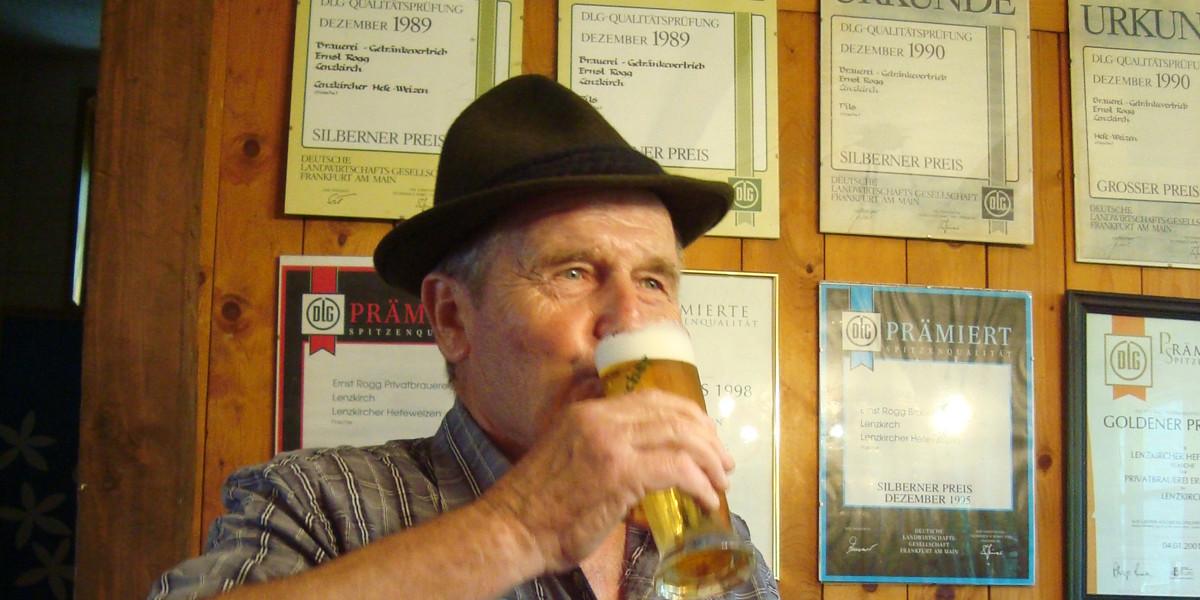 Wer will, kann in der Brauerei Rogg sein eigenes Bier brauen. Die Einträge von Stammtischrunden, Kegelvereinen und Arbeitskollegen im Gästebuch lassen keinen Zweifel daran, wie hochinteressant und lustig das ist.