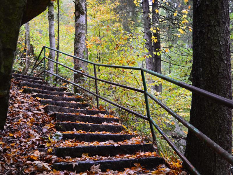 Feucht ist es hier, da kann man nur langsam die steile Treppe runter gehen.