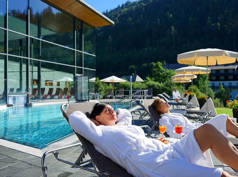 Entspanntes Sonnenbaden auf der Außenterrasse des Radon Revital Bades in Menzenschwand