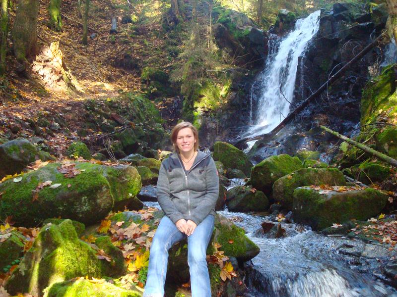 Karin arbeitete 10 Jahre in der Hotellerie als Empfangssekretärin und ist ausgebildete Hotelfachfrau und Tourismusfachwirtin. Ursprünglich ist Karin eine Hessin, doch 2004 ließ sie sich im Schwarzwald nieder und fand dort Ihre neue Heimat in der sie sich bereits sehr verwurzelt fühlt. Ihre beiden großen Leidenschaften sind Natur und Tiere.