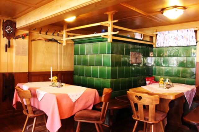 Manche Gäste im Hirschen möchten ausschließlich auf der warmen Ofenbank Platz nehmen.