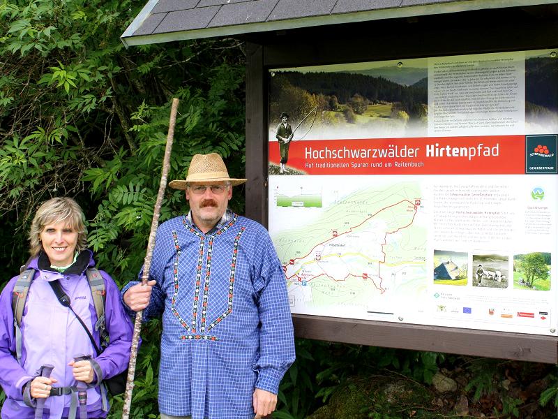 """Anschließend treffen wir Urgestein Egon Birkle, der mit uns einen Teil des Premiumwanderwegs """"Hochschwarzwälder Hirtenpfad"""" läuft."""