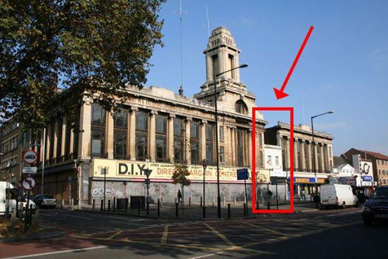 """Leo Spiegelhalter ließ sich nicht vertreiben, als das Kaufhaus """"Wickhams"""" errichtet wurde. Sein einstiger Laden - ein kleines Gebäude zwischen der imposanten Fassade - erinnert bis heute daran"""
