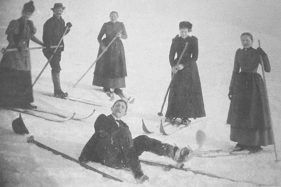 Ausgelassene Gruppe von Skiläufern.