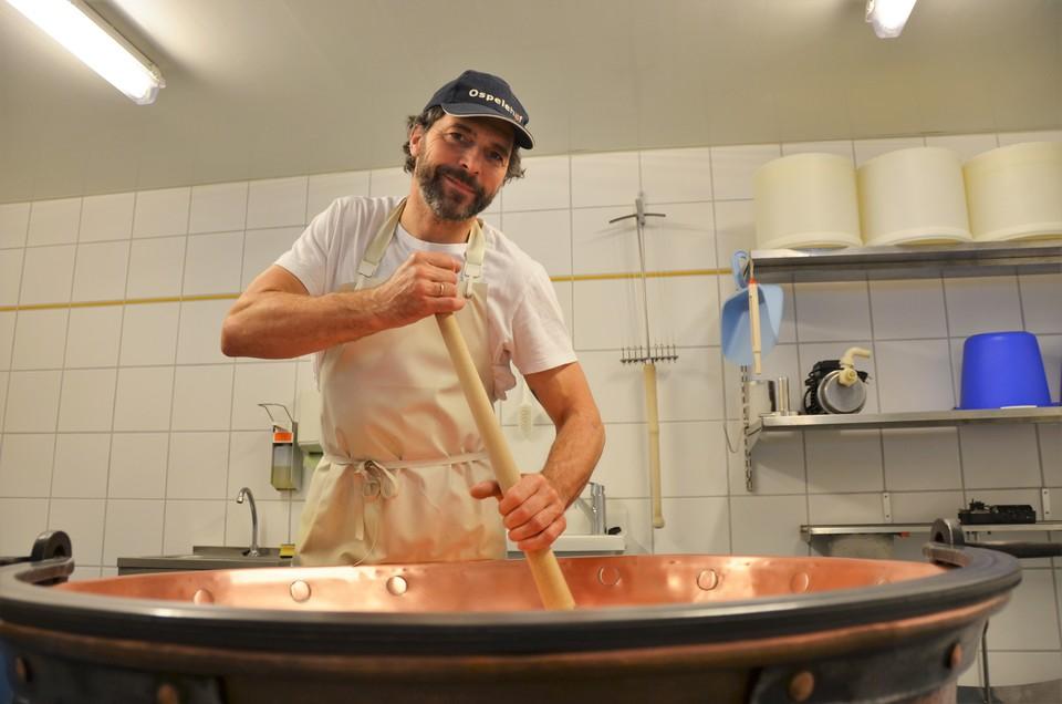 Martin Braun am verarbeiten seines selbstgemachten Käses.