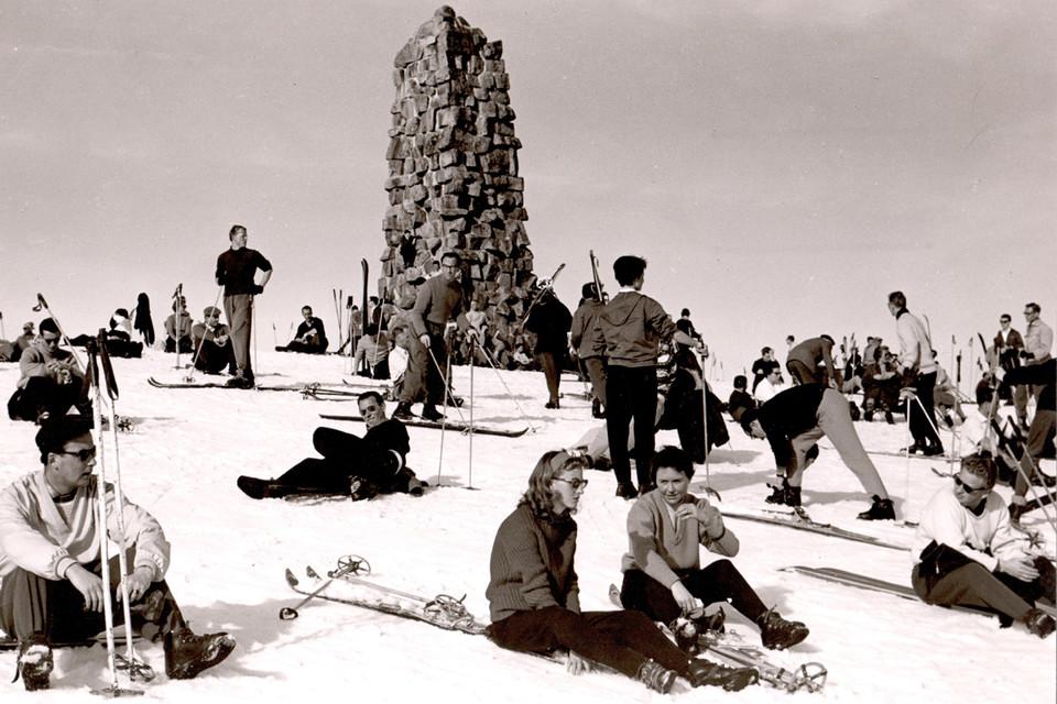 Wintersportler sonnen sich auf dem Feldberg.
