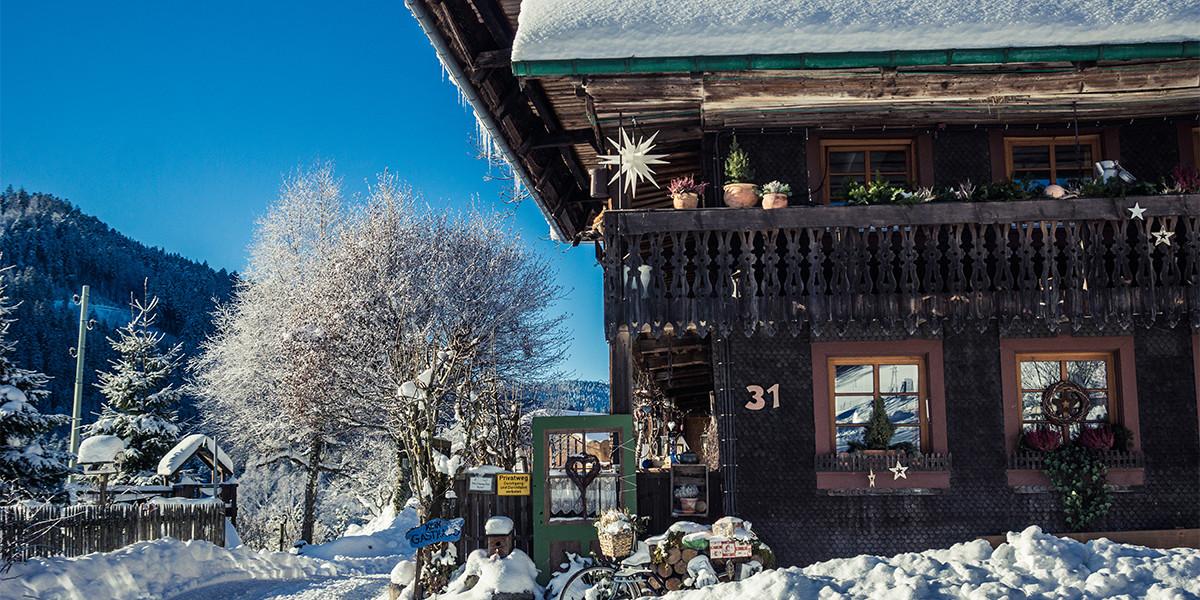 Der Bankenhof am Titisee hat eine Schindelfassade, wie man sie oft im Hochschwarzwald sieht.