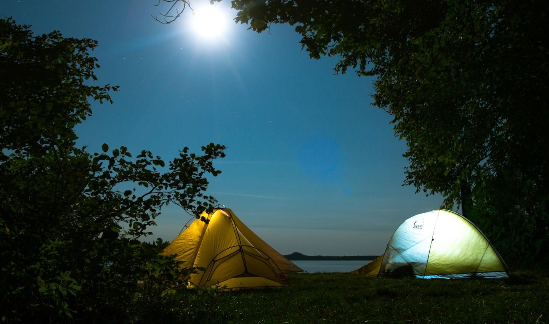 Beleuchtete Zelte bei Nacht