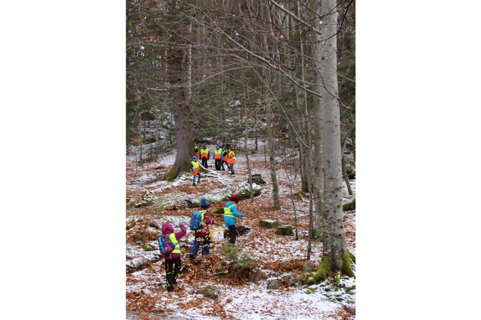 Grundschüler räumen am Themenwanderweg auf