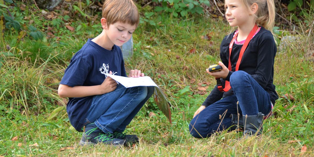 Los geht es raus in die Natur. Mit dem GPS-Gerät den Schatz finden und dabei viel Spannendes über den Hochschwarzwald lernen und entdecken.