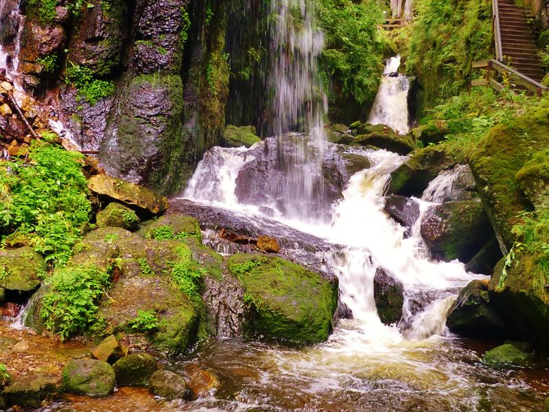 Wir setzen uns am Fuße der Wasserfälle auf eine Bank und geniessen die Stille.
