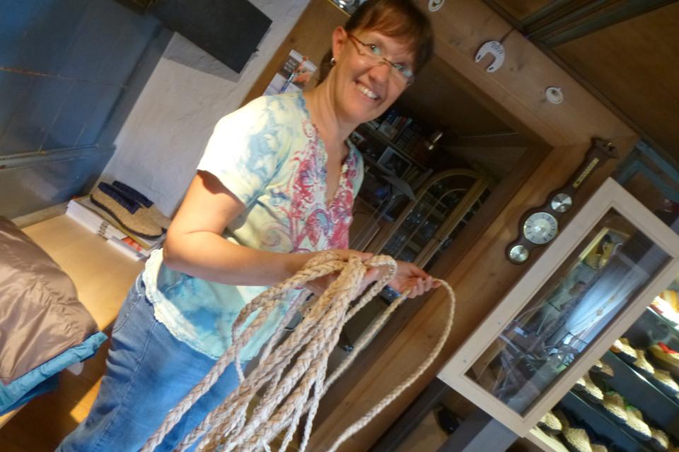 Für ihr erstes Paar Strohschuhe hat Hannelore Winker zwölf Stunden gebraucht. Heute ist sie in sechs bis sieben Stunden fertig.