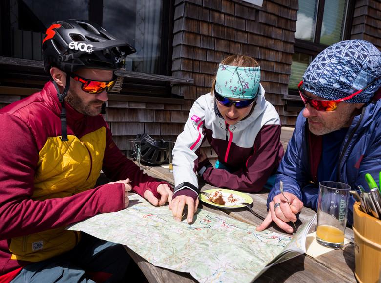 Mountainbiker machen Rast lesen die Karte