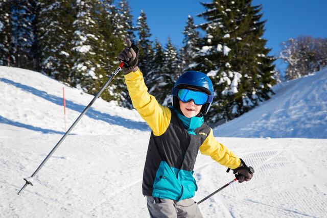 Junge beim Skifahren