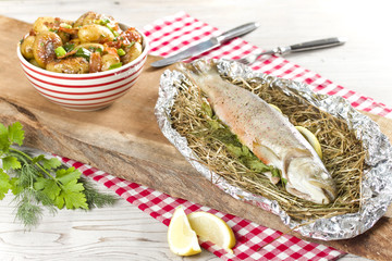 Bachsaibling im Heubett und gegrillter Kartoffelsalat