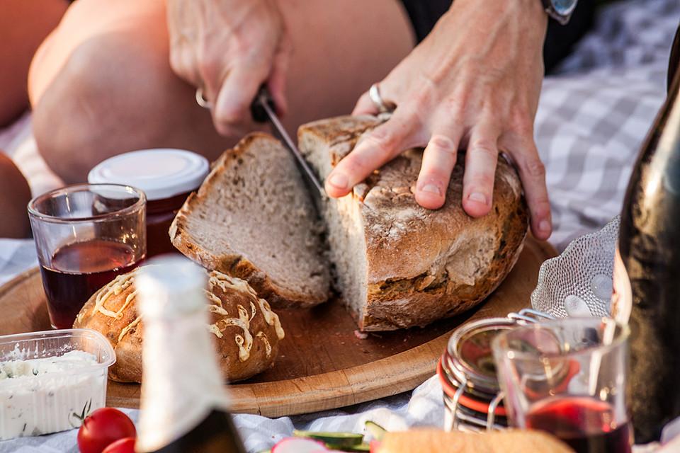 Knuspriges, frisch gebackenes Bauernbrot aus dem Holzofen!