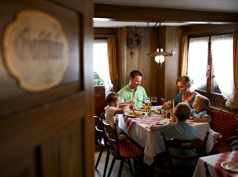 Familie beim gemeinsamen Essen im Restaurant